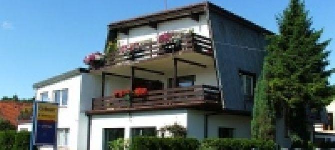 Dom wczasowy w Łebie położony 300 m. od morza. Dysponujemy pokojami dwu - i trzyosobowymi. W każdym pokoju balkon, łazienka, TV - Sat, lodówka, czajnik bezprzewodowy, naczynia oraz sprzęt plażowy. ...