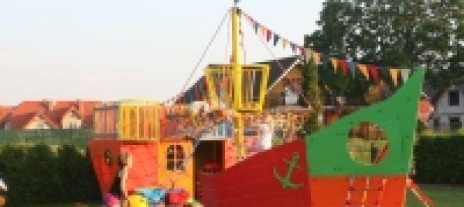 Oferujemy 13 pokoi 2,3,4 osobowych na morzem w Łebie. Dla każdego coś fajnego. Dla dzieci hit - plac zabaw w kształcie statku z piaskownicą, drabinkami i zjeżdżalnią, trampolina, huśtawki, piłkarzyki, ...